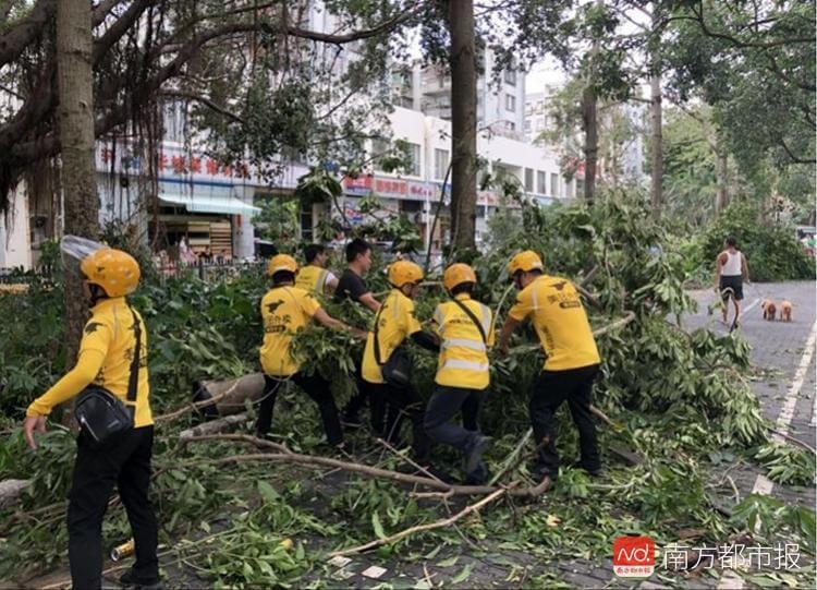 台风山竹过后,美团外卖小哥们积极参与当地救灾